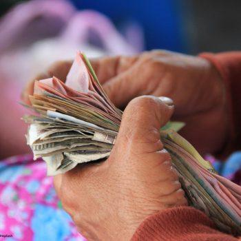 Ältere Frau zählt ihr Geld